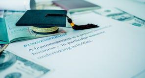 El casquillo de la graduación en pasaporte y la letra reservan, empresario, concentrado Imagen de archivo
