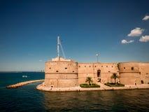El castel aragonian en la ciudad de Taranto, en el sur del AIE imagen de archivo