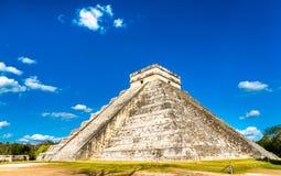 El Castillo или Kukulkan, главная пирамида на Chichen Itza в Мексике стоковая фотография rf