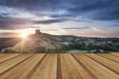 El castillo arruina paisaje en la salida del sol con resplandor solar inspirado sea Imagen de archivo