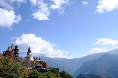 El castillo construyó al lado de la montaña de Taiwán foto de archivo