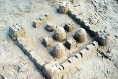 El castillo de arena construido usando los modelos plásticos fotos de archivo