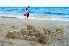 El castillo de arena construido usando los modelos plásticos imágenes de archivo libres de regalías