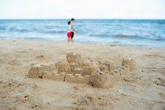 El castillo de arena construido usando los modelos plásticos imagen de archivo libre de regalías