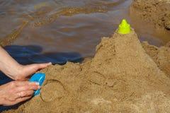 El castillo de arena en la playa Imagenes de archivo