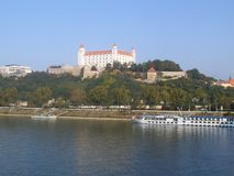 El castillo de Bratislavaon una colina imagenes de archivo