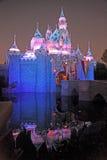El castillo de Disneyland en la noche Imagen de archivo libre de regalías
