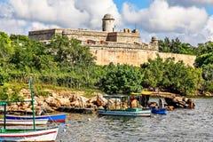 El castillo de Jagua fortificó las paredes con los árboles y los barcos de pesca en Imagenes de archivo