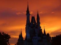 El castillo de la bella durmiente en la puesta del sol Imágenes de archivo libres de regalías