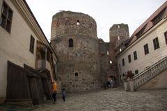 El castillo de la orden del Livonia fue construido en el medio del siglo XV Bauska Letonia en otoño fotografía de archivo libre de regalías
