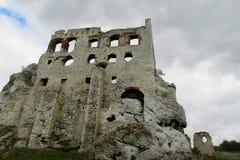 El castillo de Medival arruina Zamek Ogrodzieniec cerca de Kraków Imagen de archivo libre de regalías
