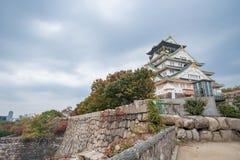 El castillo de Osaka en cielo nublado antes de la lluvia cae abajo Foto de archivo libre de regalías