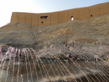 El castillo de Parthian Rashkan y la primavera de Ali parquean en Irán Imágenes de archivo libres de regalías