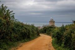 El castillo de piedra medieval famoso - Latte del la de la fortaleza en la caída durante una tormenta en el mar céltico en Norman imagen de archivo libre de regalías