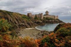 El castillo de piedra medieval famoso - Latte del la de la fortaleza en la caída durante una tormenta en el mar céltico en Norman imagenes de archivo