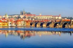 El castillo de Praga y Charles Bridge, Praga, República Checa Imágenes de archivo libres de regalías