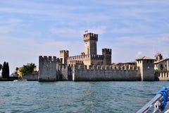 El castillo de Sirmione en el lago Garda Foto de archivo libre de regalías