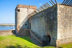 El castillo de Upnor es un fuerte isabelino de la artillería situado en la orilla oeste del río Medway en Kent Imagen de archivo libre de regalías