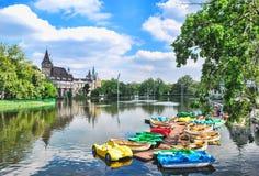 El castillo de Vajdahunyad en Budapest en Hungría contra el cielo azul con las nubes en un día Foto de archivo libre de regalías