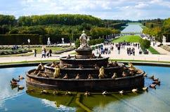 El castillo de Versalles cultiva un huerto con la fuente y los turistas en Francia Imagen de archivo libre de regalías