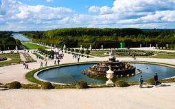 El castillo de Versalles cultiva un huerto con la fuente y los turistas, Francia Fotos de archivo libres de regalías