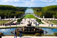 El castillo de Versalles cultiva un huerto con la fuente y los turistas, Versalles Fotos de archivo
