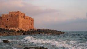 El castillo del patetismo en la costa mediterránea en la isla de Chipre almacen de video