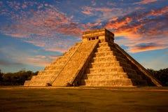 El Castillo (den Kukulkan templet) av Chichen Itza Arkivfoto