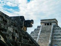 El Castillo (Kukulcan eller slotten) och ett ormhuvud Royaltyfri Fotografi