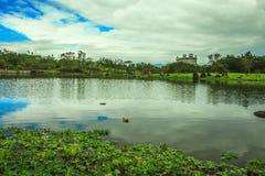 El castillo solo con el lago Foto de archivo