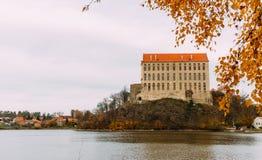 El castillo viejo de Plumlov builded en estilo barroco de la arquitectura en la ciudad de Plumlov en el banco de la charca, Morav foto de archivo