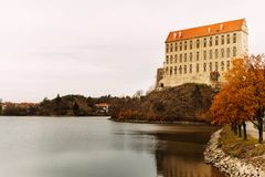 El castillo viejo de Plumlov builded en estilo barroco de la arquitectura en la ciudad de Plumlov en el banco de la charca, Morav fotografía de archivo libre de regalías