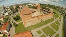 El castillo viejo de príncipe Gedimin en la ciudad de Lida belarus Silueta del hombre de negocios Cowering almacen de video