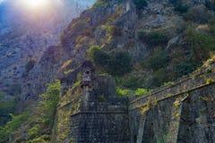 El castillo viejo en las montañas fotografía de archivo