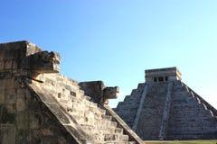 EL castillo von der Plattform der Adler u. der Jaguare Stockfotos