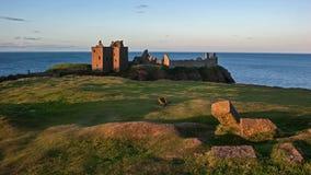 El castillo y el puente levadizo de Dunnotar permanece Fotografía de archivo