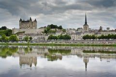 El castillo y la ciudad de Saumur. Fotografía de archivo