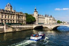 El castillo y río Sena de Conciergerie con travesía viajan al barco parís Foto de archivo