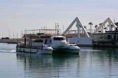 El catamarán recreativo blanco vuelve al puerto de Valencia, España Imagen de archivo libre de regalías