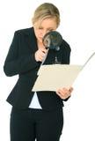 El caucásico femenino investiga una carpeta Imagen de archivo libre de regalías