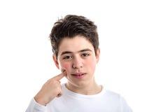 El caucásico liso-peló al muchacho del muchacho que señalaba con índice correcto a hola Imagen de archivo libre de regalías