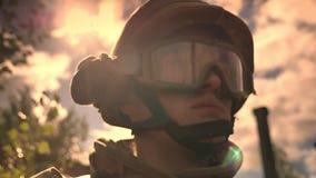 El caucásico, oficial del ejército en casco está mirando derecho mientras que los sunlights se reflejan en él, ejemplo esperanzad almacen de metraje de vídeo
