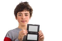 El caucásico tranquilo y confiado liso-peló al muchacho con negro en blanco Fotos de archivo