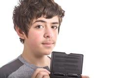 El caucásico tranquilo y confiado liso-peló al muchacho con negro en blanco Imagen de archivo libre de regalías