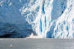 El causar un crash del glaciar de Alaska Imagen de archivo libre de regalías