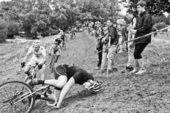 El causar un crash masculino del corredor de Cycloross Imagenes de archivo