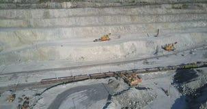 El cavador grande del poder actúa el tren cargado del mineral con los asbes almacen de metraje de vídeo