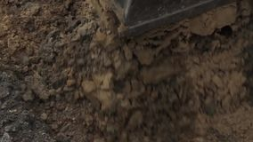 El cavador traspala la arena, obras por carretera almacen de metraje de vídeo