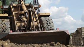El cavador traspala la arena, obras por carretera metrajes