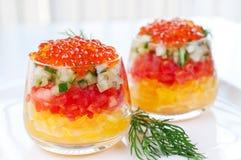 El caviar con la ensalada adornó la puntilla del eneldo Foto de archivo